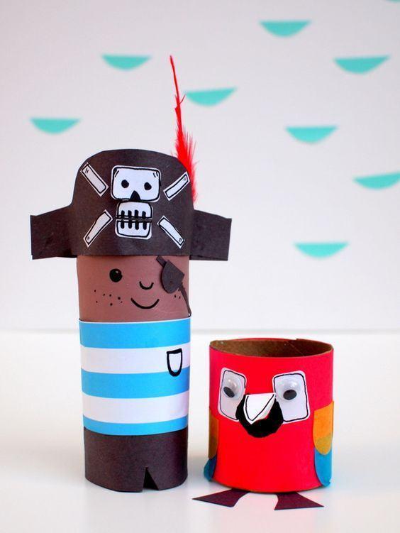 Capitão pirata e papagaio feitos com rolo de papel.