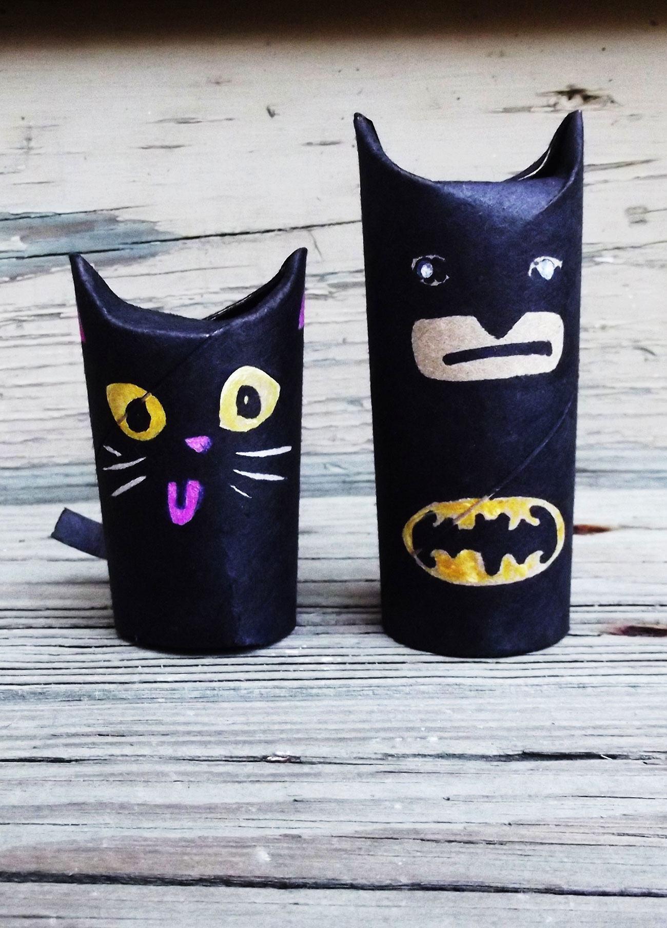 Personagens da série Batman feitos com rolo de papel.