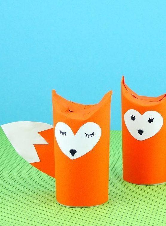 Raposa colorida feita com rolo de papel higiênico.