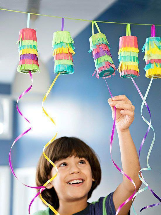 Rolos revestidos com papeis coloridos servem como brinquedo para as crianças abrirem.