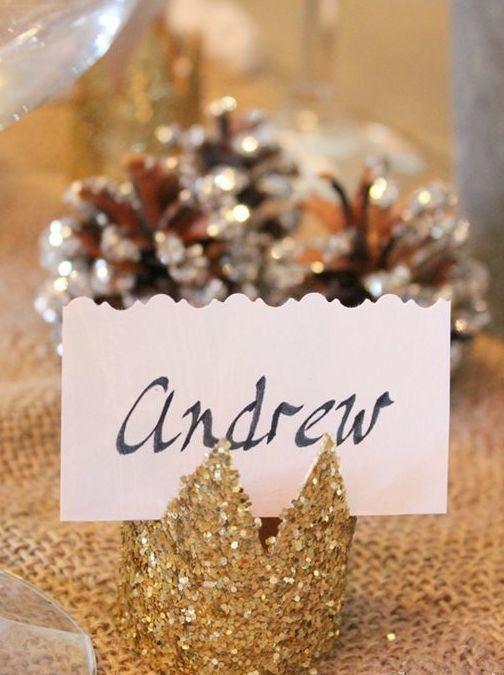 Enfeite de mesa brilhante que lembra uma coroa para abrigar uma plaquinha.