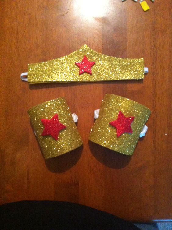 Bracelete e coroa douradas e brilhantes feitas com rolo de papel.