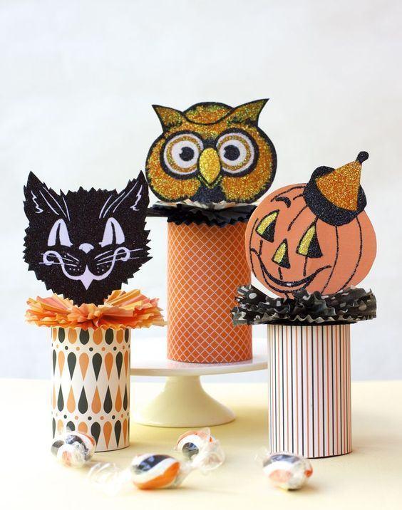 Decoração com personagens do Halloween com base em rolos de papel.
