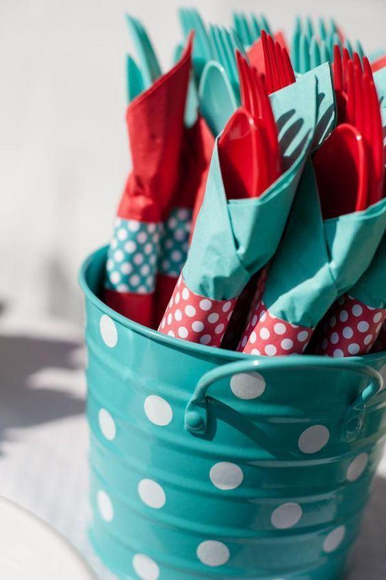 Uma ótima opção é criar embalagens divertidas para os talheres da festa com rolo de papel.