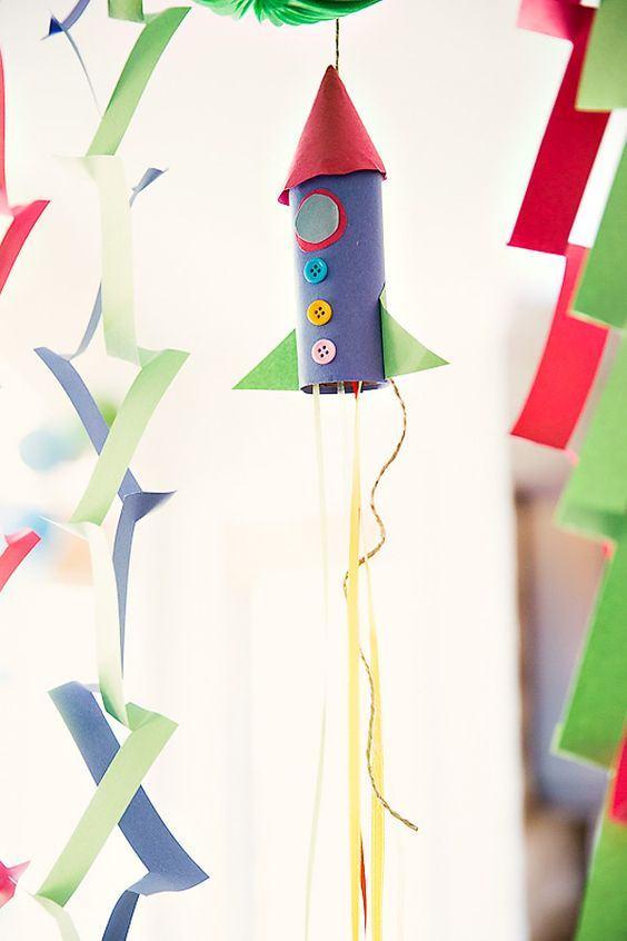 Seguindo o tema da festa, o foguete foi feito reaproveitando rolos de papel.