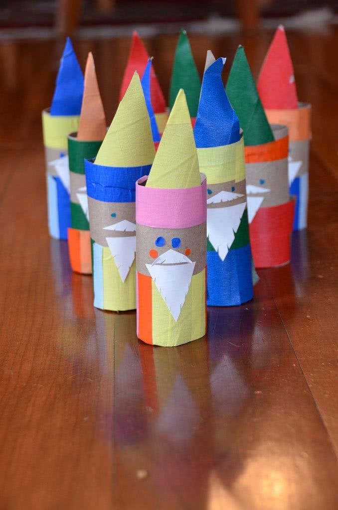 Rolos usados como personagens coloridos para a festinha.