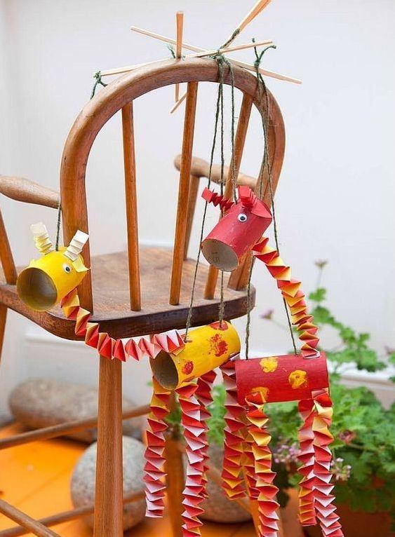 Decoração para colocar na cadeira externa com rolos de papel e dobraduras.