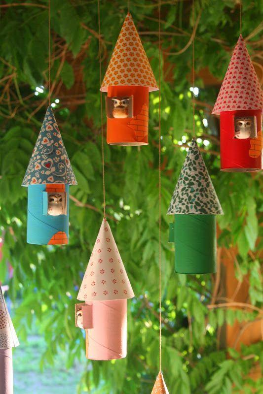 Casinhas para corujas feitas de rolo de papel para pendurar em sua árvore natalina.