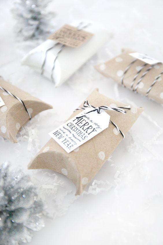 Embalagem simples e elegante para presentear no natal. Utilize o rolo de papel como base.