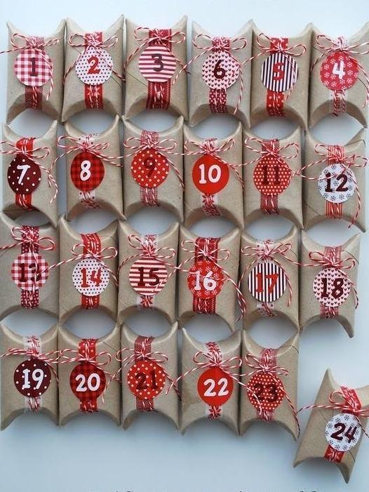 Pequenas embalagens com fitas e plaquinhas coloridas para presentear no natal.