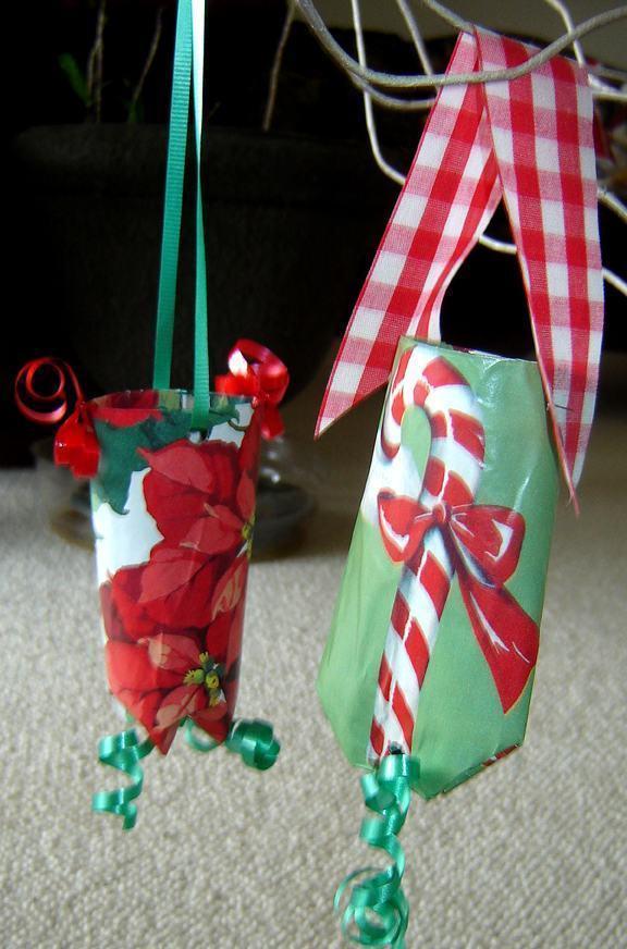 Pendentes para colocar na árvore de natal feitos com base em rolo de papel.