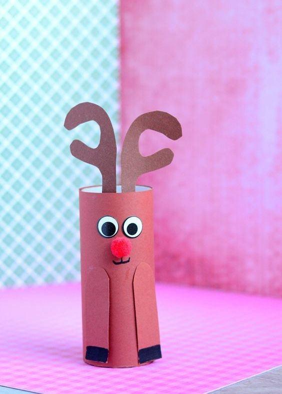Pequena rena divertida feita com base no rolo de papel.