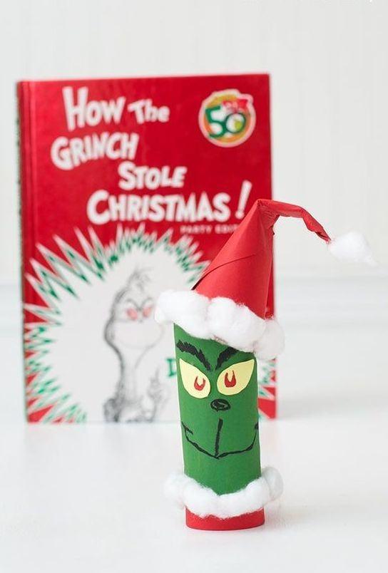 O personagem Grinch feito com rolo de papel.