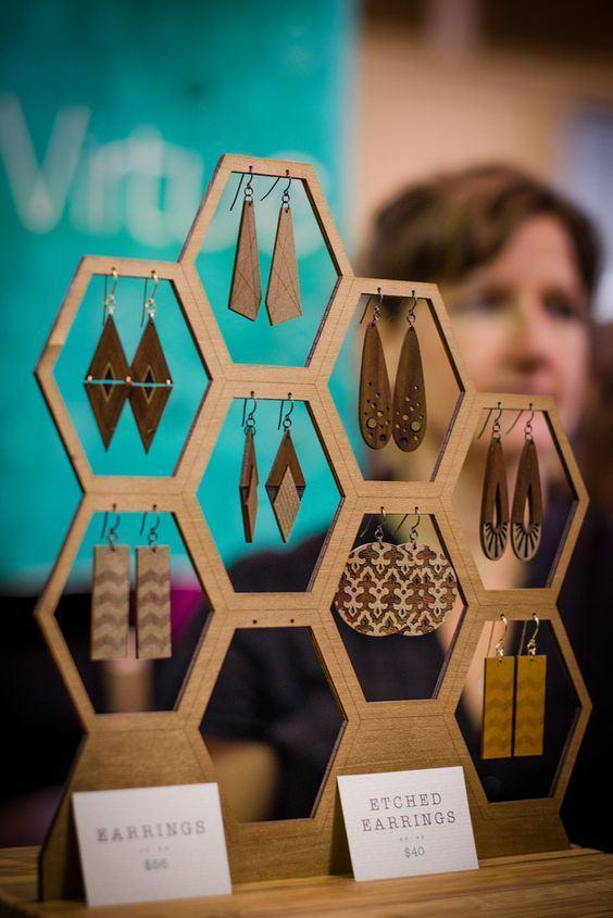 Brincos geométricos de madeira.