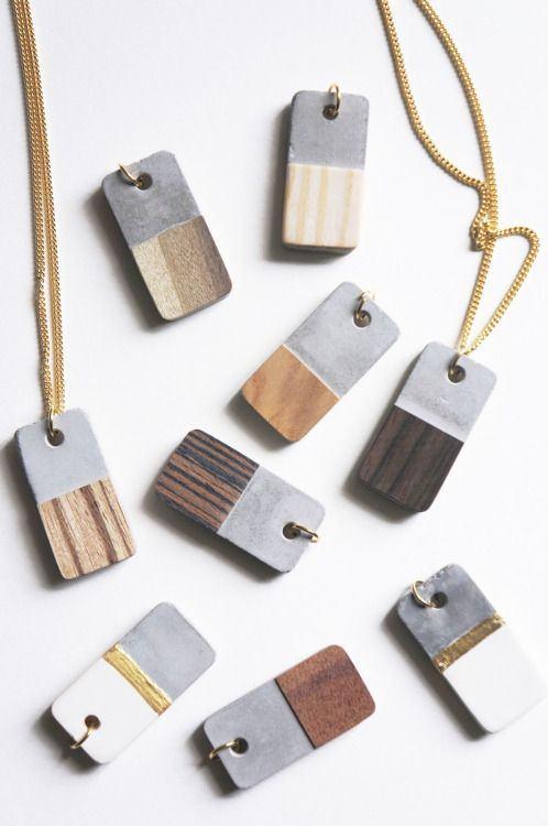 Colares com duas cores diferentes feitos com madeira.