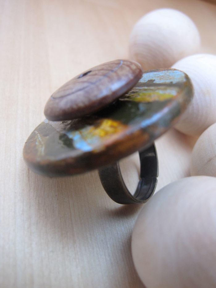 Anel metálico com pedaços redondos de madeira.
