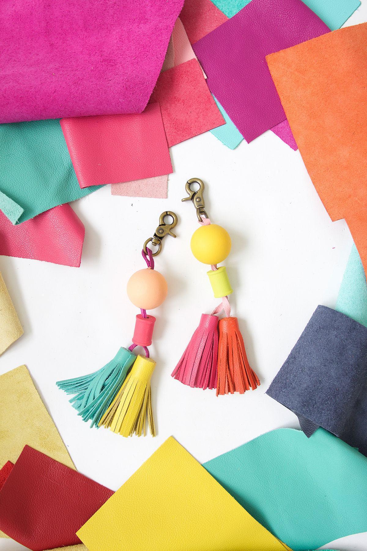 Chaveiros coloridos com madeira e tassel de couro.