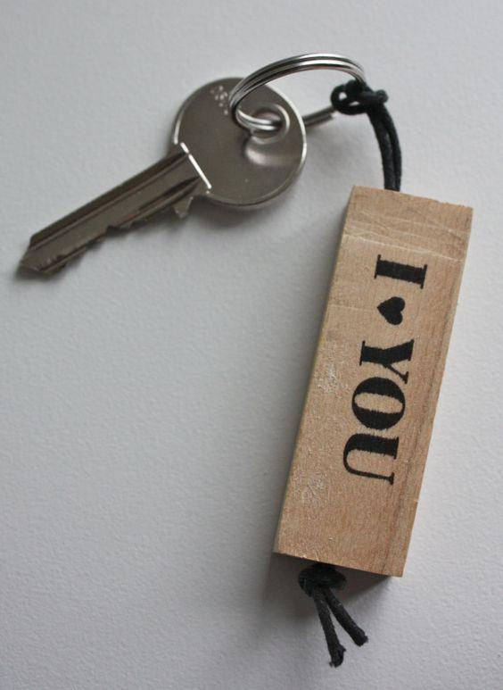 Chaveiro retangular de madeira com mensagem romântica.