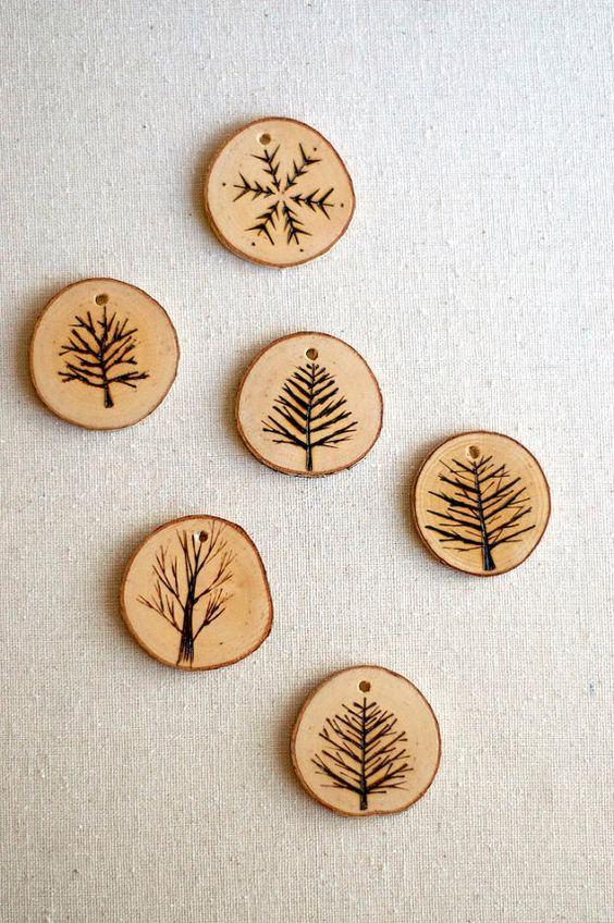 Pingente para colares feitos de madeira.