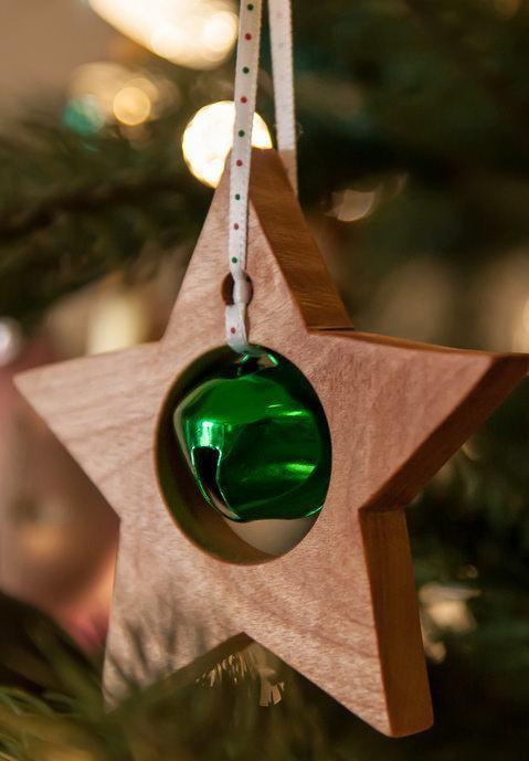 Uma estrela de madeira para pendurar na árvore.