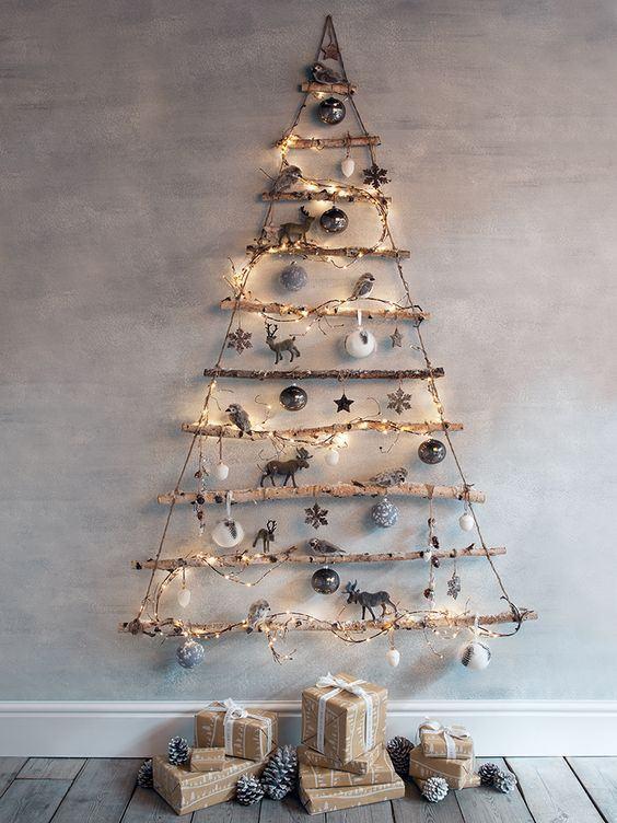 Árvore de Natal para parede feita com pedaços de madeira.