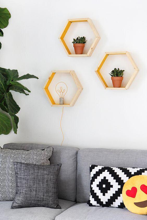 Prateleiras de madeira em formato hexagonal.