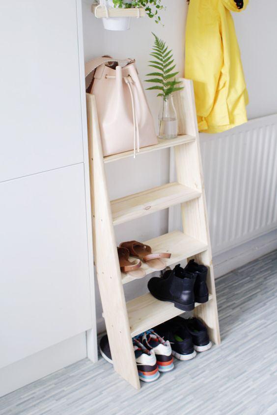Ter uma pequena escada de madeira em casa pode ser sempre útil.