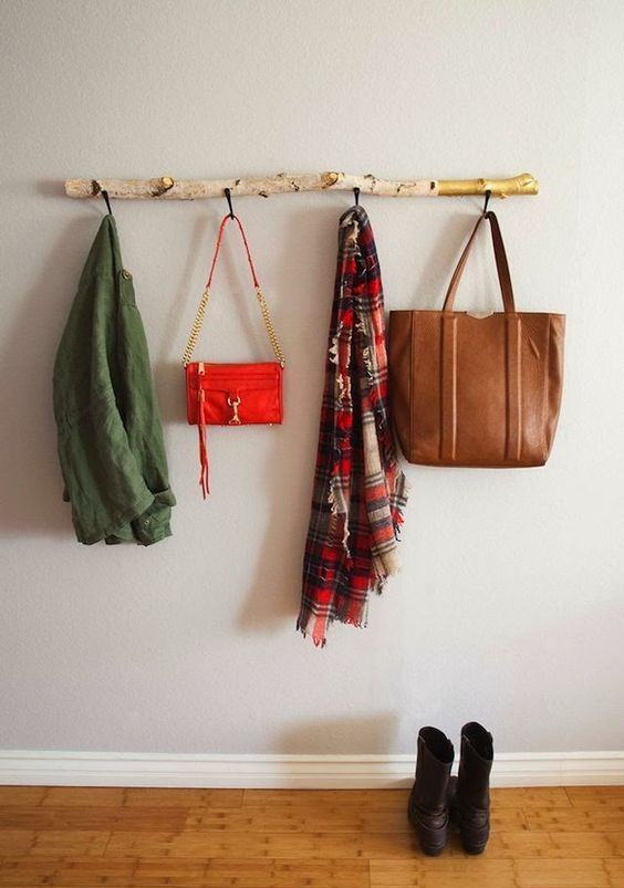 Suporte para bolsas e casacos feitos com madeira.