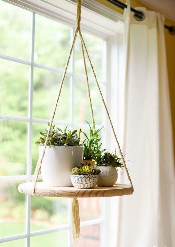 Suporte para vaso com madeira.