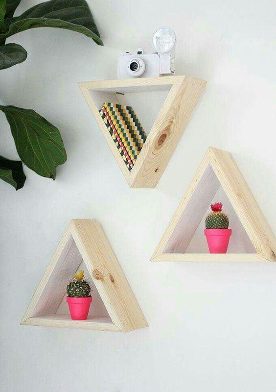Prateleiras triangulares de madeira.