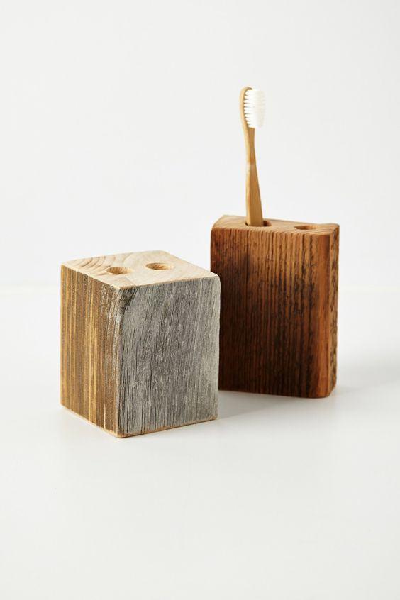 Porta escovas feito com furo em peça de madeira.