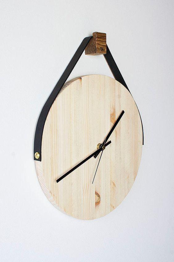 Relógio redondo de madeira clara.