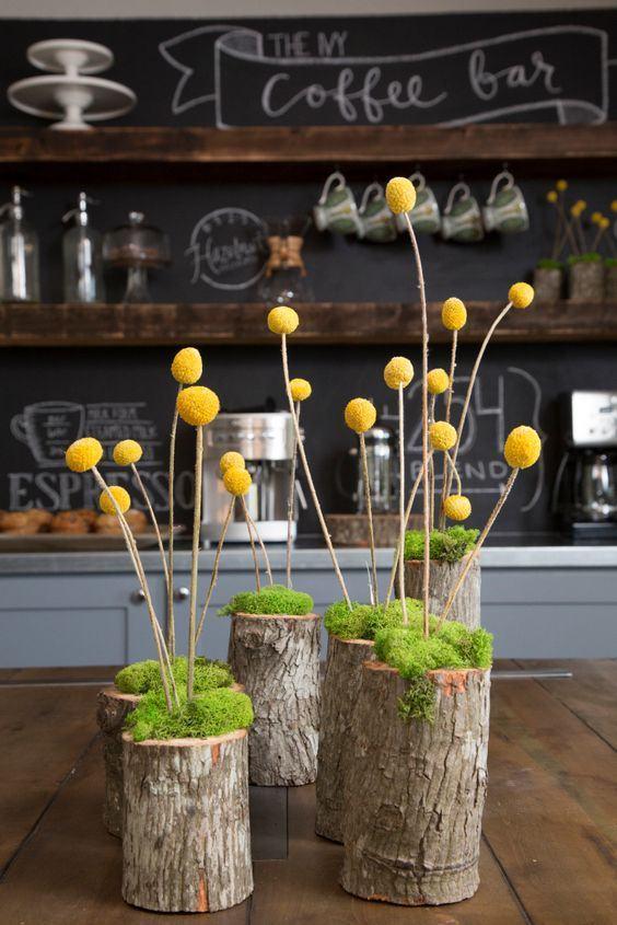 Pedaços de troncos decorados.