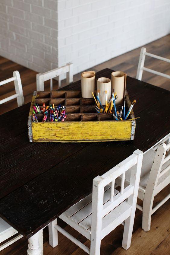 Pinte a caixa antiga para guardar seus materiais.