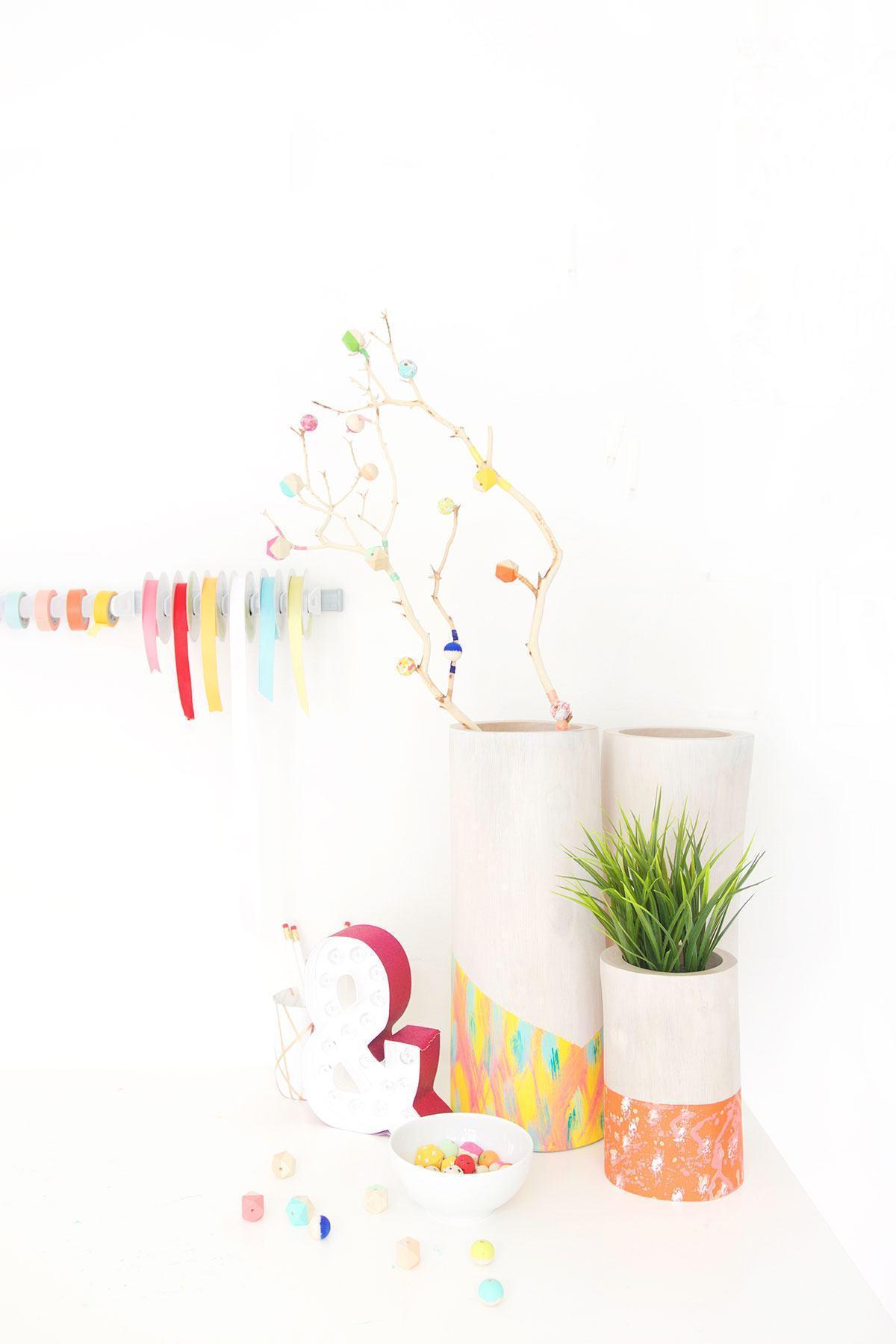 Vasos e objetos de madeira.