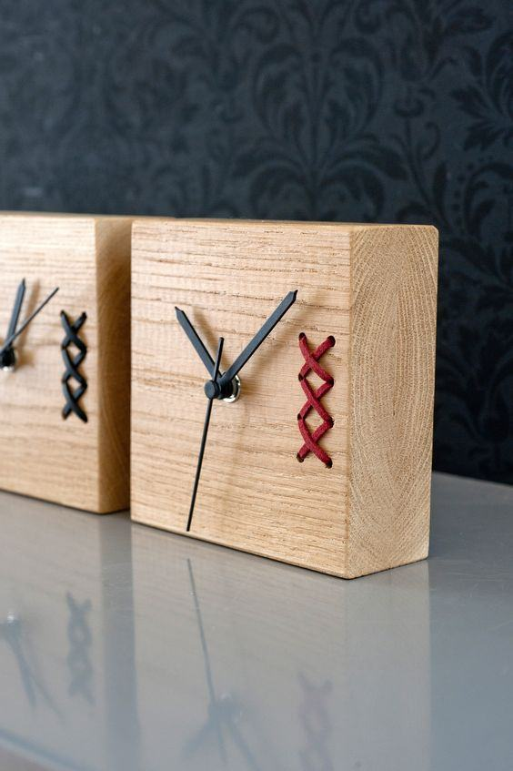 Relógio com madeira quadrada.