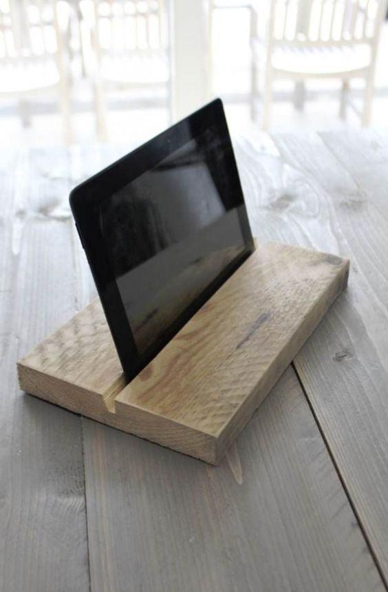 Apoio de madeira para fixar o tablet.