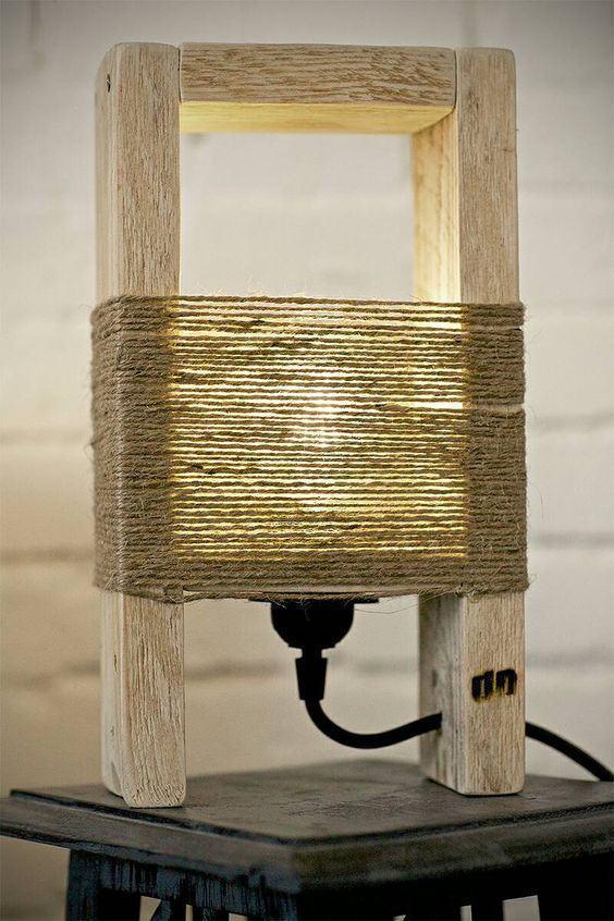 Luminária simples de madeira com palha.