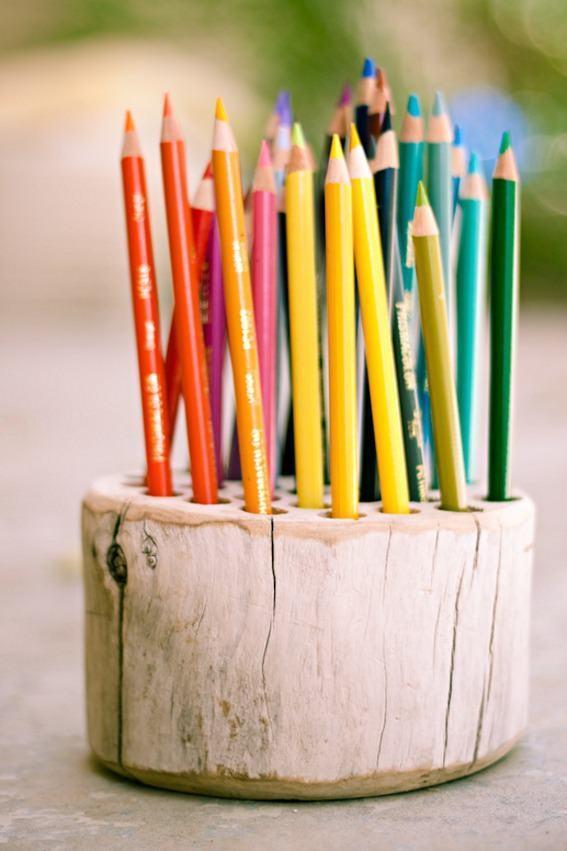 Porta lápis de madeira com vários furos para encaixar.