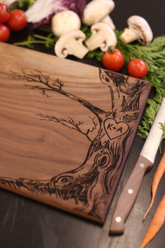 Tábua para a cozinha com ilustração de árvore.