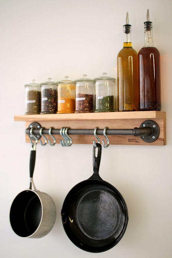 Outra prateleira de madeira adaptada aos objetos de cozinha.