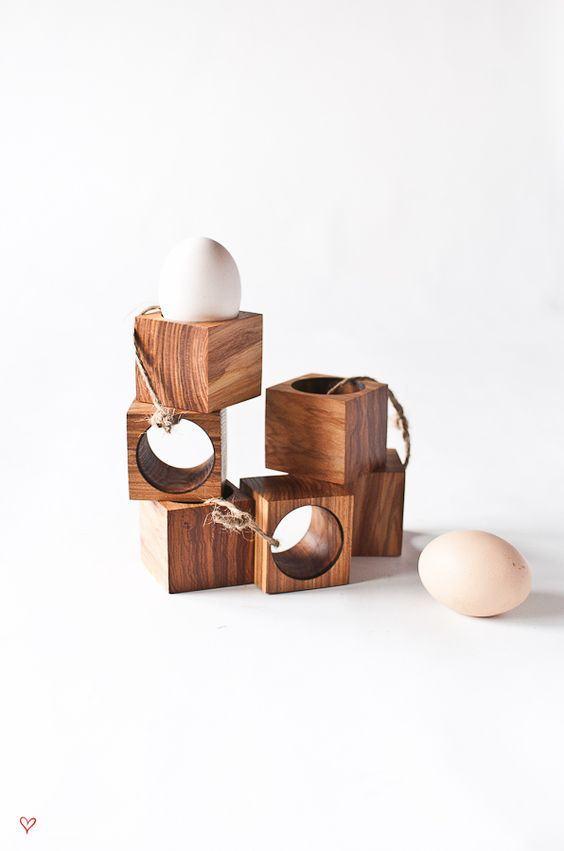 Quadradinhos de madeira para colocar ovos.