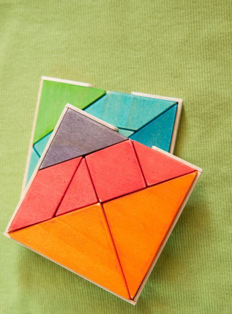 Porta copos quadrados e coloridos de madeira.
