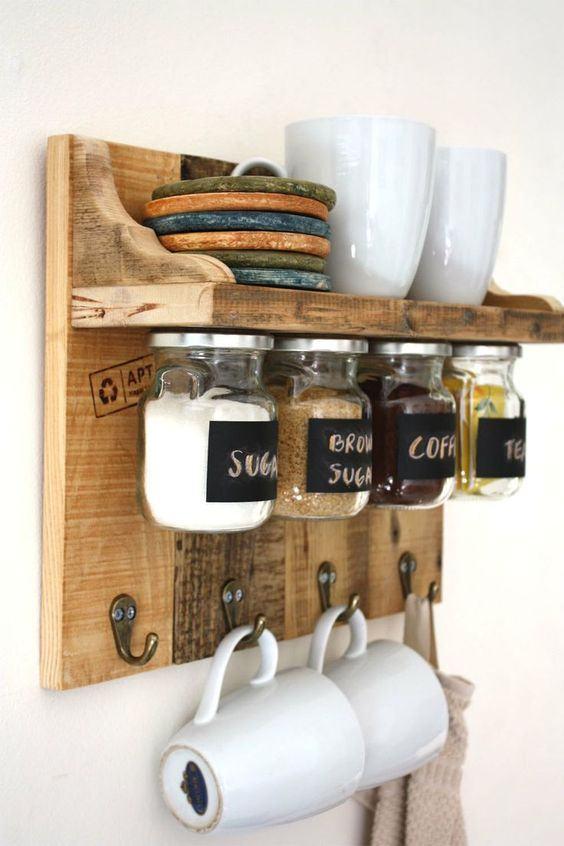 Prateleira de madeira customizada para objetos da cozinha