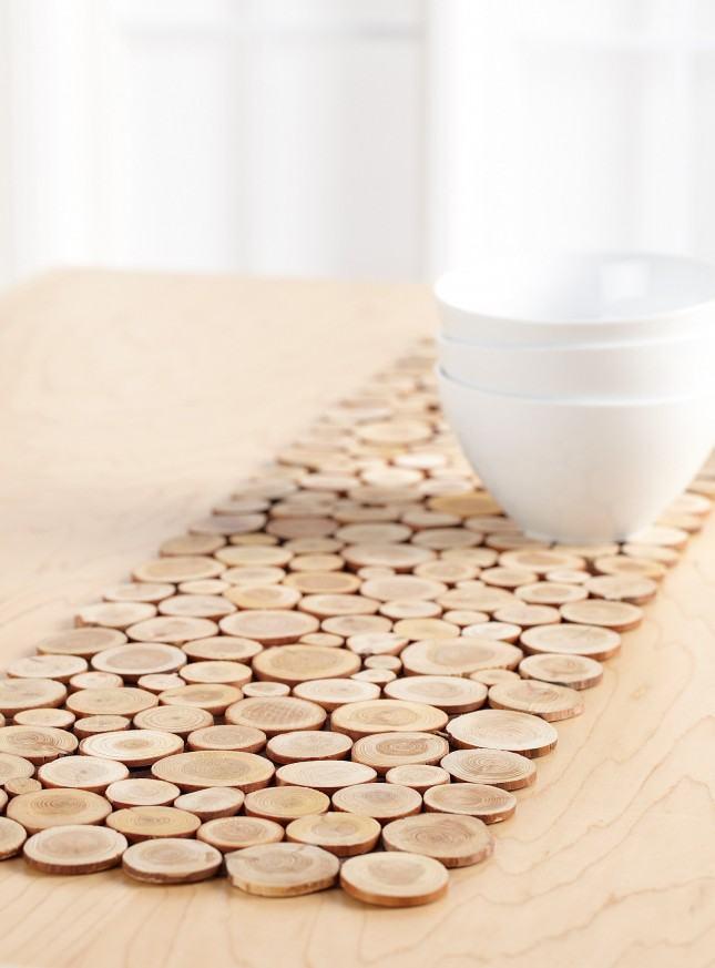 Descanso de panela feito com pedaços redondos da madeira.