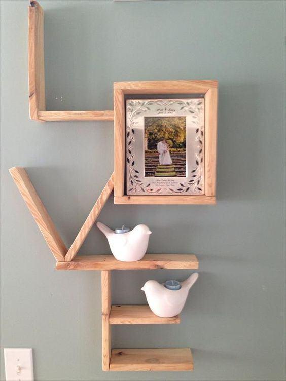 Prateleiras com formato personalizado com espaço quadrado para um porta retrato.