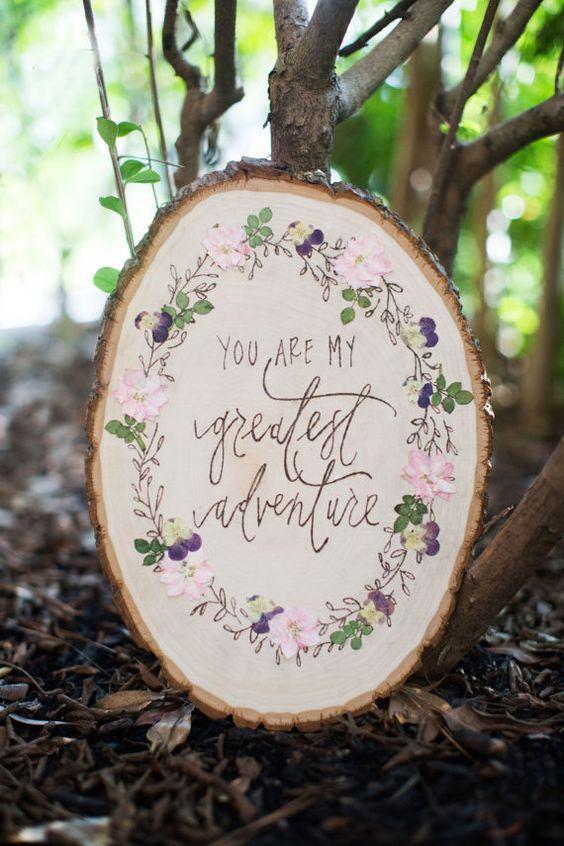 Pedaço de madeira com mensagem e desenhos.