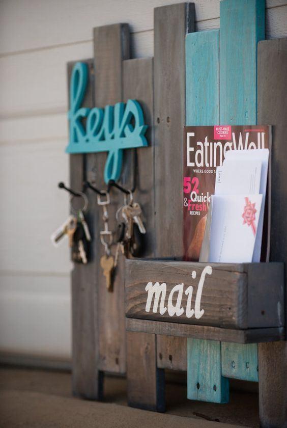 Apoio para colocar chaveiros, revistas e cartas no cantinho da casa.