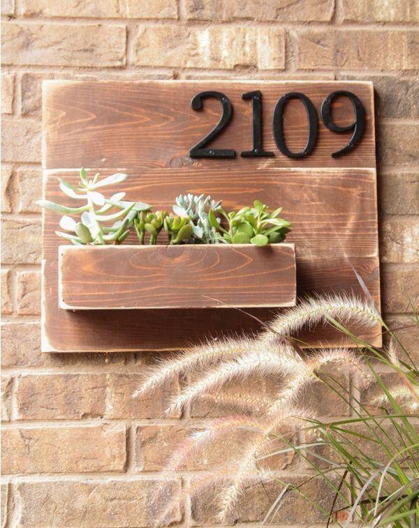 Suporte de madeira para colocar o número da residência e plantinhas.
