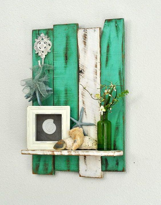 Prateleira com madeira antiga e tinta colorida para colocar no ambiente externo.